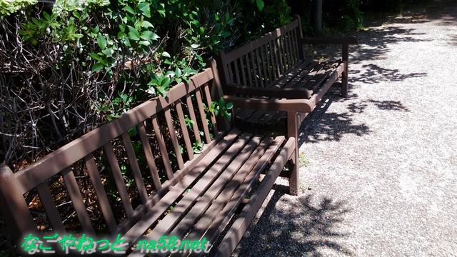 名古屋観光の名所港区のフラワーガーデン「ブルーボネット」のサニーハウス付近のベンチ