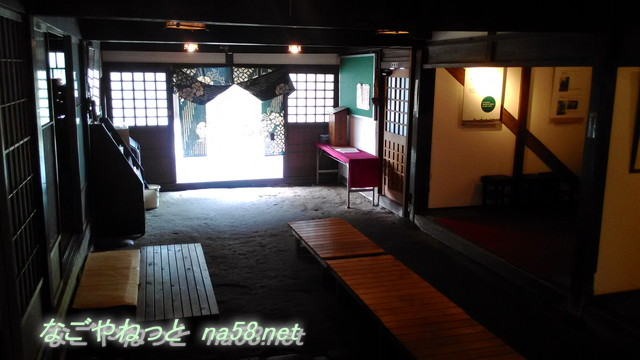 岐阜県美濃加茂市の太田宿の旧小松屋・お休み処の土間から玄関に向かって