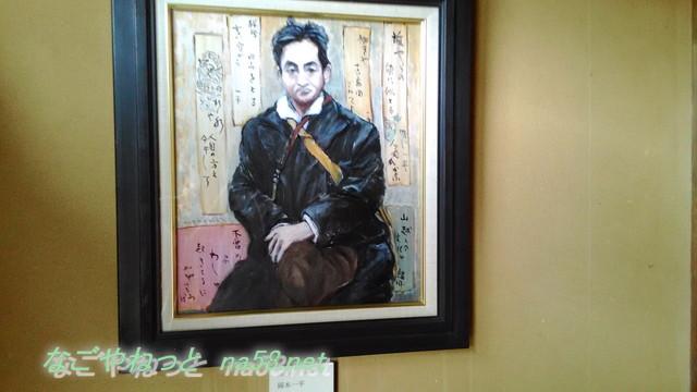 岡本一平の「糸遊庵」にある一平の座画像(日比野元美画)