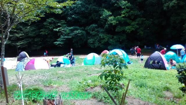 愛知県豊田市王滝渓谷、川の脇にテントをはって