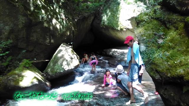 愛知県豊田市王滝渓谷岩場、やや深く勢いのある流れで遊ぶ