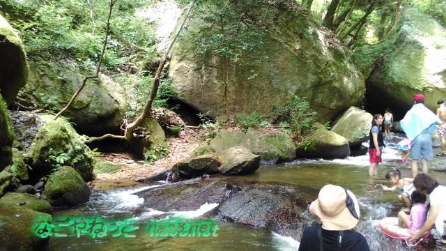 愛知県豊田市王滝渓谷岩場、やや深く勢いのある流れ