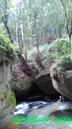 愛知県豊田市王滝渓谷、岩場の勢いのある流れで遊ぶ