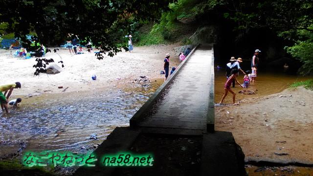 愛知県豊田市王滝渓谷岩場と浅瀬を分ける橋