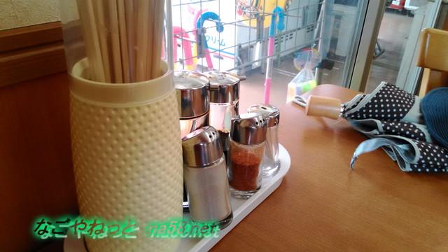 愛知県豊田市鞍ヶ池公園の食事処みどりさんテーブルの薬味など