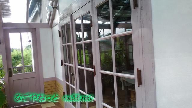 旧豊田喜一郎邸のリビングルームから温室へのガラス戸