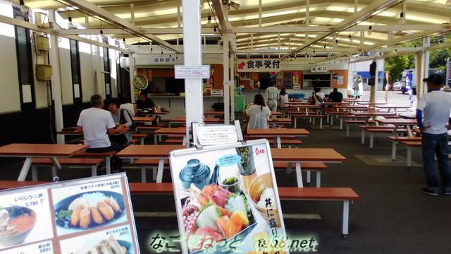 愛知県美浜町「魚太郎」屋外の食事処の様子
