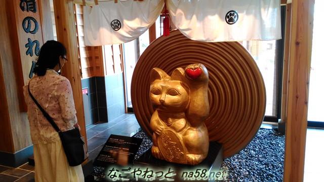 イオンモール常滑ののれん街の入り口の金のまねき猫