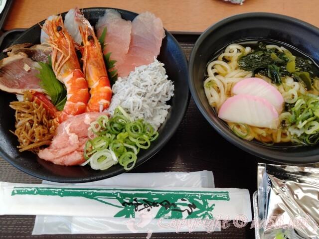 知多の「魚太郎」屋外の旨いもの屋台 海鮮丼とうどんのセット(1,000円税別)