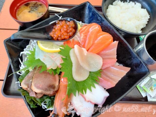 知多の「魚太郎」屋外の旨いもの屋台 魚太郎定食1450円(税別)