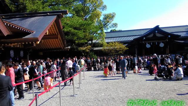 名古屋市熱田神宮神楽殿前、七五三宮参りの方たち