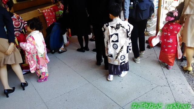 熱田神宮七五三参りの家族連れ