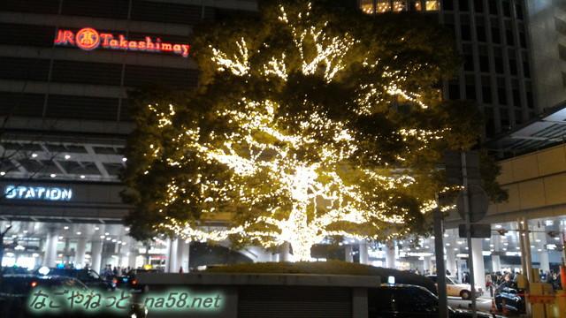 名古屋駅前入り口金色に輝く大木クリスマス装飾