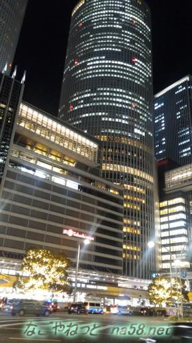 名古屋駅前セントラルタワーと金色に輝く大木クリスマス装飾