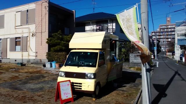 戌年いぬ神社元旦、神社西の道に唯一メロンパンの車