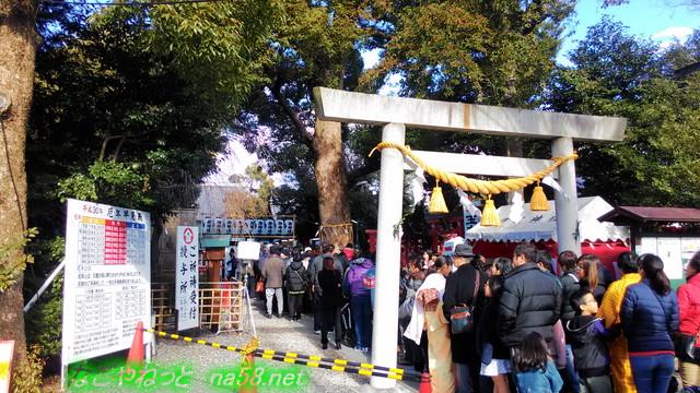 戌年いぬ神社初詣に並ぶ人たち