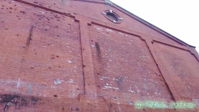 半田赤レンガ建物北側・銃撃をうけた弾痕無数に
