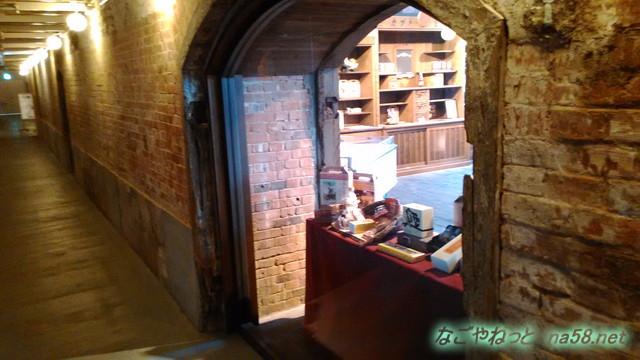 半田赤レンガ建物の中、通路から土産店をみたところ
