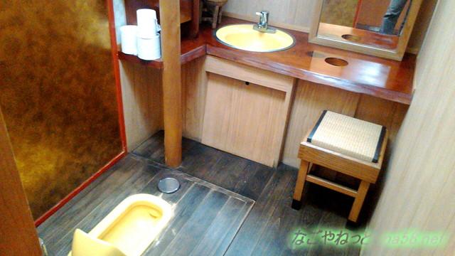 岐阜県賀茂郡七宗町の「七宗御殿」の総ヒノキ金トイレ個室内