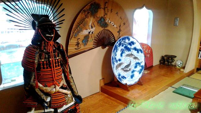 岐阜県賀茂郡七宗町の「七宗御殿」の座敷の甲冑や調度品お皿扇子