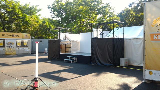 名古屋城金シャチ横丁義直ゾーンのビアガーデン、海鮮食べ飲み放題会場の舞台