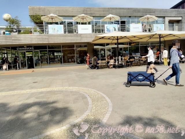 名城公園トナリノtonarino 施設を広場からみたところ