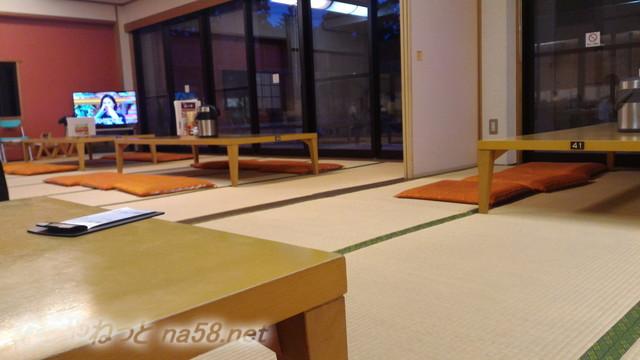 池田温泉新館の二階の食事処「湯の華」レストラン、畳敷きとテーブル席広々