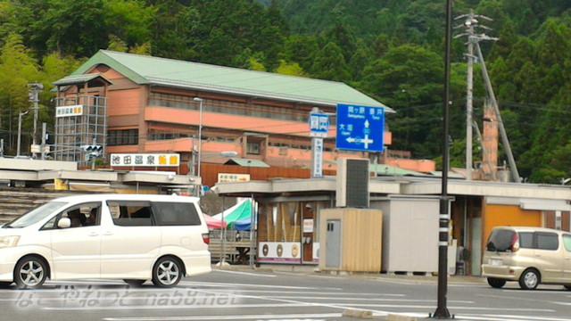 道の駅「池田温泉」から新館の池田温泉施設をみたところ