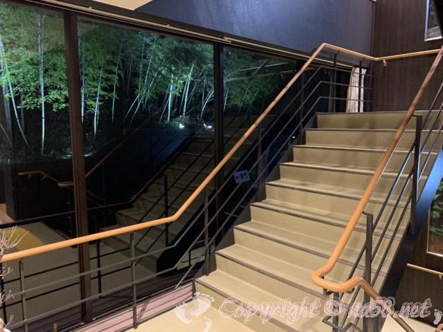 池田温泉(岐阜県池田町)新館一階から二階への階段と外のライトアップされた竹林