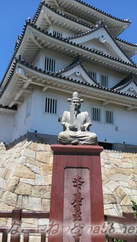 墨俣一夜城「太閤出世橋」のお城よりにある、秀吉様の座像(岐阜県大垣市墨俣町)