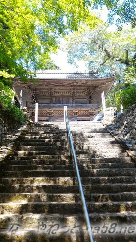 甘南美寺(岐阜県山県市長滝)本堂への急階段