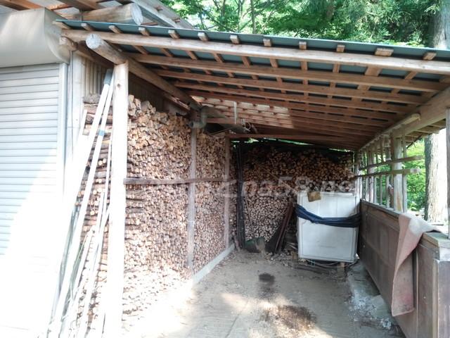 桂昌寺(岐阜県郡上市美並町)杉の薪の置き場小屋