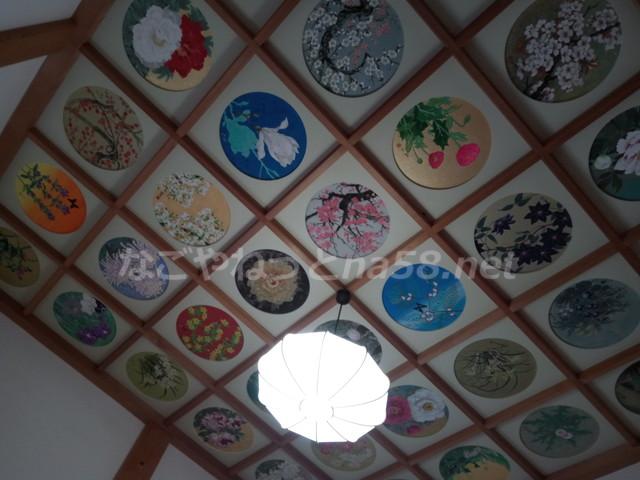 桂昌寺(岐阜県郡上市美並町)の本堂の花がテーマの絵天井