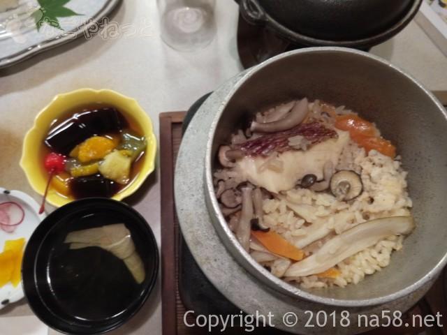 三重県菰野町「希望荘」の夕食会席料理の釜めしとお吸い物、マコモくずゼリー