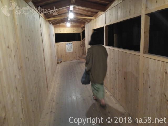 三重県菰野町「希望荘」湯けむりの里へ、長い廊下を歩く