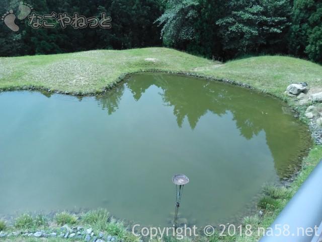 三重県菰野町「希望荘」山頂館のデッキで、こころ池恋愛成就