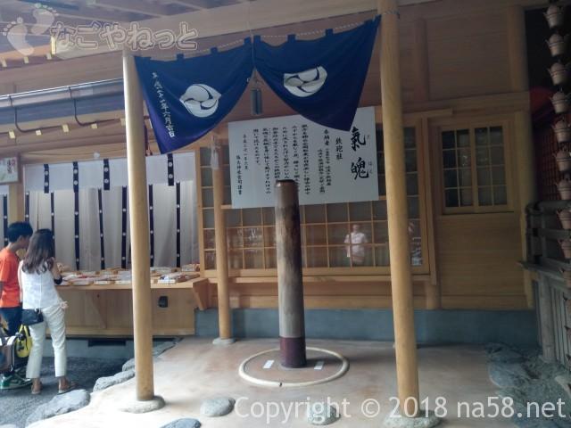 椿大神社正面拝殿右手の鉄砲柱(三重県鈴鹿市)