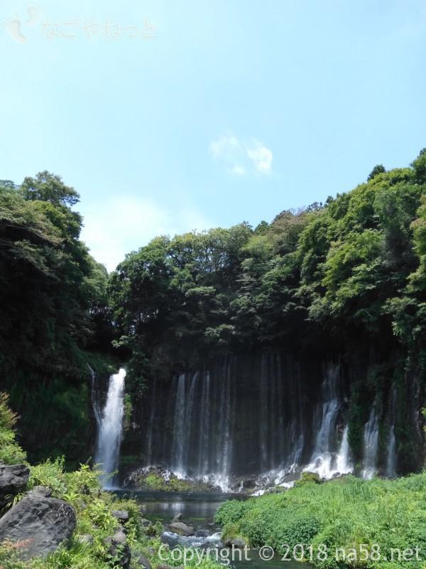 静岡県の富士宮市「白糸の滝」と青空