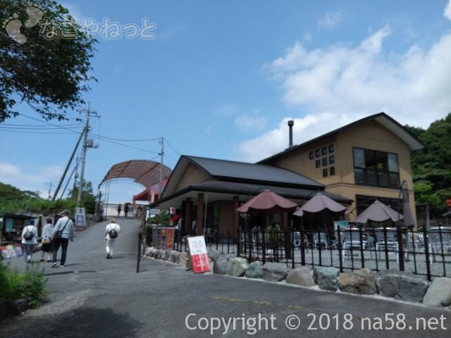 静岡県の富士宮市「白糸の滝」のお土産店駐車場に近い