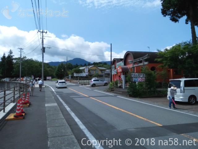 静岡県の富士宮市「白糸の滝」の駐車場300円のところ