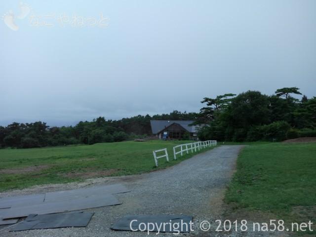 清里清泉寮(山梨県北杜市)の本館、宿泊施設前の牧草地