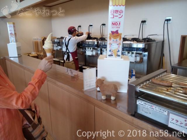 清里清泉寮(山梨県北杜市)ジャージーハット内でソフトクリーム作っている