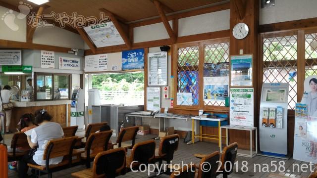 清里駅(JR小海線)の駅舎の中待合(山梨県北杜市))
