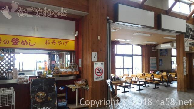 清里駅(JR小海線)の駅舎の中待合(山梨県北杜市)