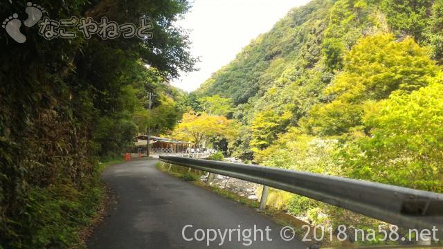 多度天然プール(三重県桑名市)プールに最も近い奥の駐車場への細い道