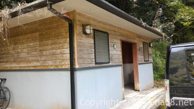 多度天然プール(三重県桑名市)プールに最も近い奥の駐車場のトイレ