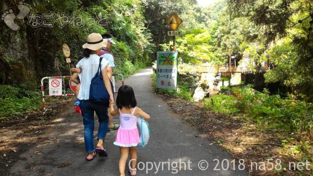 多度天然プール(三重県桑名市)プールに最も近い奥の駐車場からプールに向かって歩く