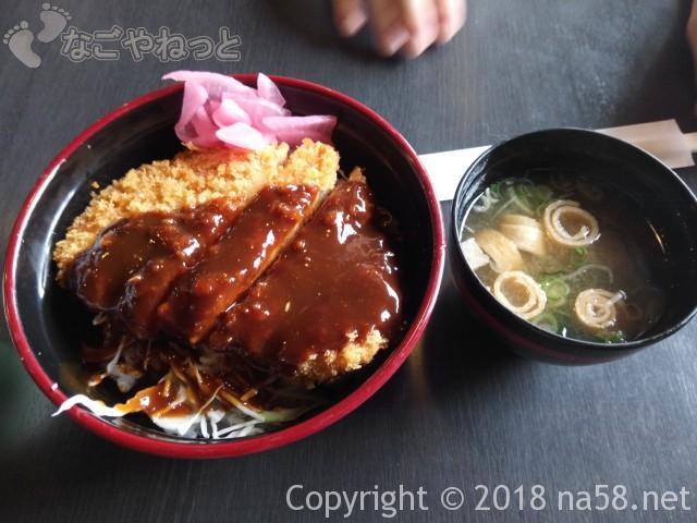 里山の湯(昭和銭湯)(ぎふ清流里山公園岐阜県美濃加茂市)の食堂でカツ丼