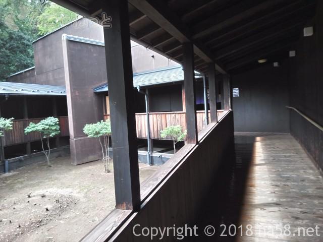里山の湯(昭和銭湯)(ぎふ清流里山公園岐阜県美濃加茂市)のれんをくぐってからのアプローチ