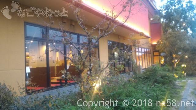 太閤天然温泉湯吉郎(とうきちろう)の外観夜、玄関に向かう石畳から